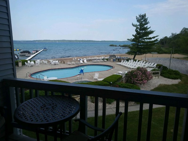 Beautiful full bay views! Located on G.Traverse Bay minutes from Traverse City!, holiday rental in Williamsburg