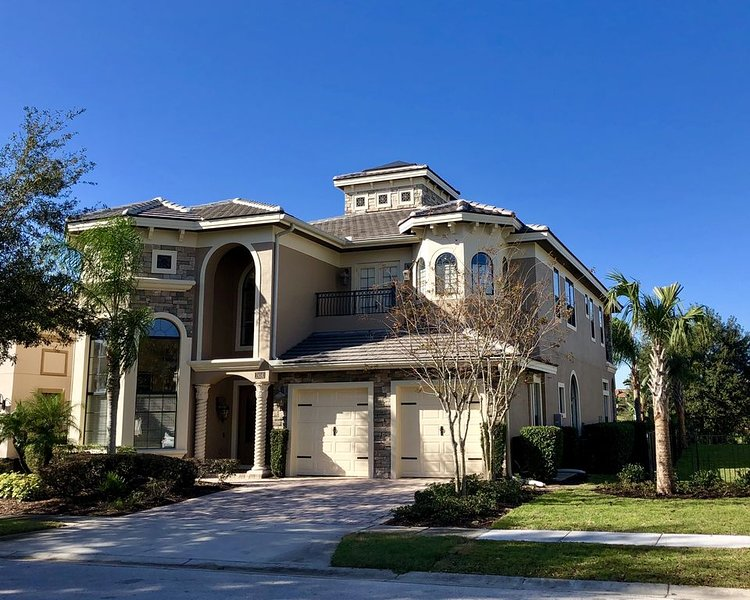 Upscale 5 Bedroom, Star Wars Theater, 6 Miles to Disney!, holiday rental in Reunion
