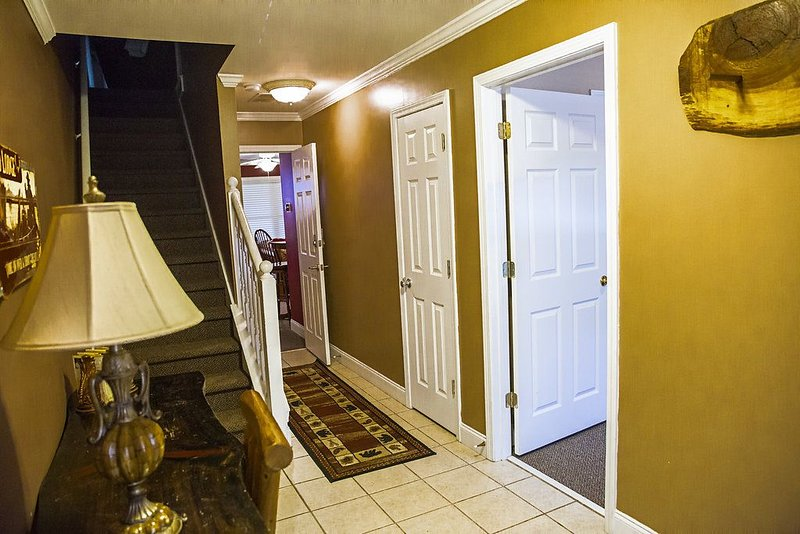 4 Bedroom 3 & 1/2 Bath Mountain Condo In Downtown Helen With Hot Tub, Ferienwohnung in Helen
