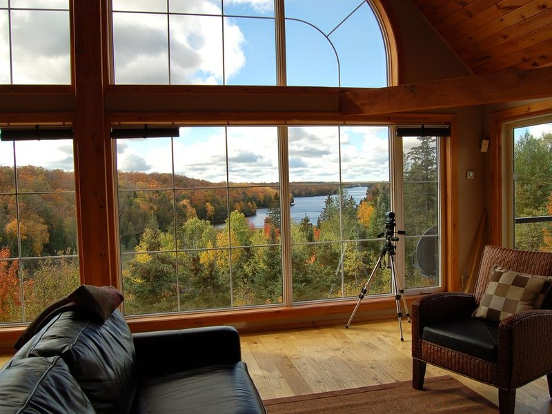 BIG Family & Multi-Family Cottage with Incredible View, Hot Tub & Sauna – semesterbostad i Northeastern Ontario
