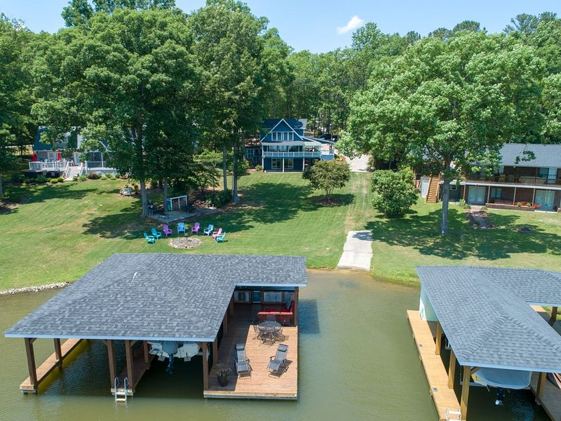 WATERFRONT, ONSITE PRIVATE BOAT RAMP, ZERO ENTRY TO WATER IN QUIET SPACIOUS COVE, vacation rental in Gaston