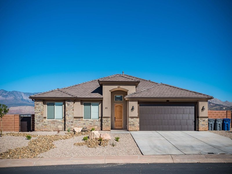 New Modern Home Near Zion With Mountain Views, Outdoor Fire Pit & Grill, holiday rental in Toquerville