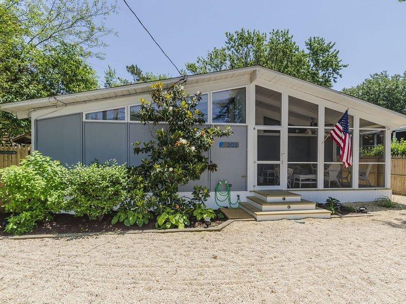 Beautiful California Style House 2 Blocks to the Beach. Walk to Dewey & Rehoboth, location de vacances à Rehoboth Beach