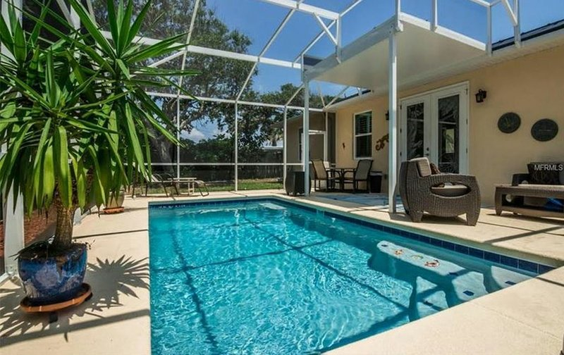 New Beach Side Home with Private Solar Heated Pool Steps to Beach, holiday rental in New Smyrna Beach