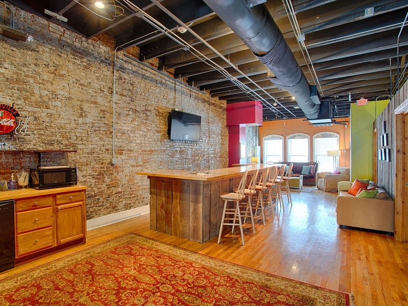 SALE 3rd night Free for 2020 stays! ON HONKY TONK ROW! 50 Steps from Tootsie's!, holiday rental in Nashville