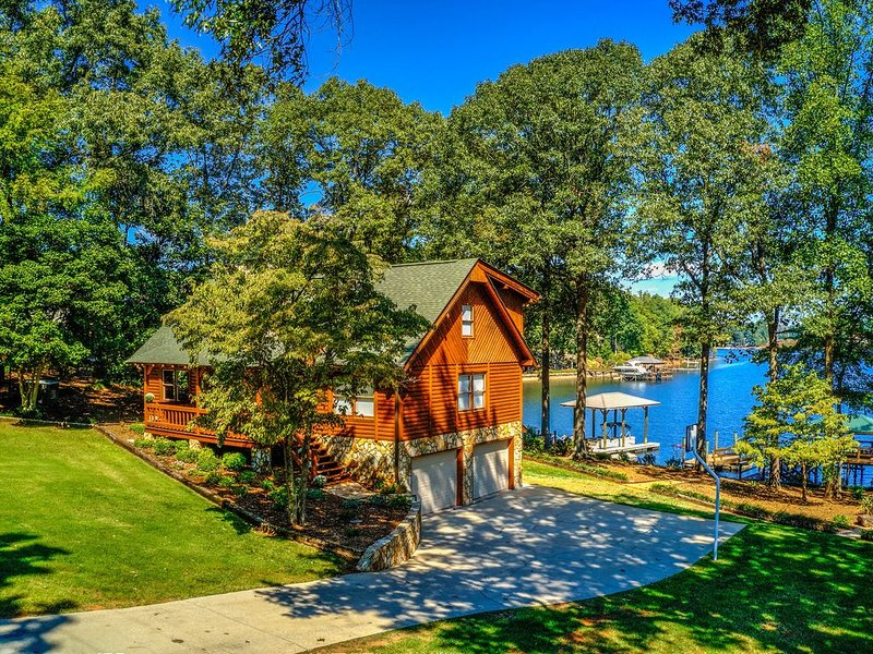 Magnolia Blossom Place - Lake Norman Cabin  on the Main Channel, holiday rental in Lake Norman