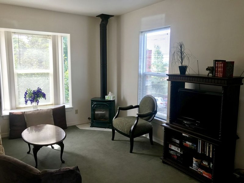 Large, comfortable, family and group friendly flat with WIFI, BBQ & parking, vacation rental in Ashland