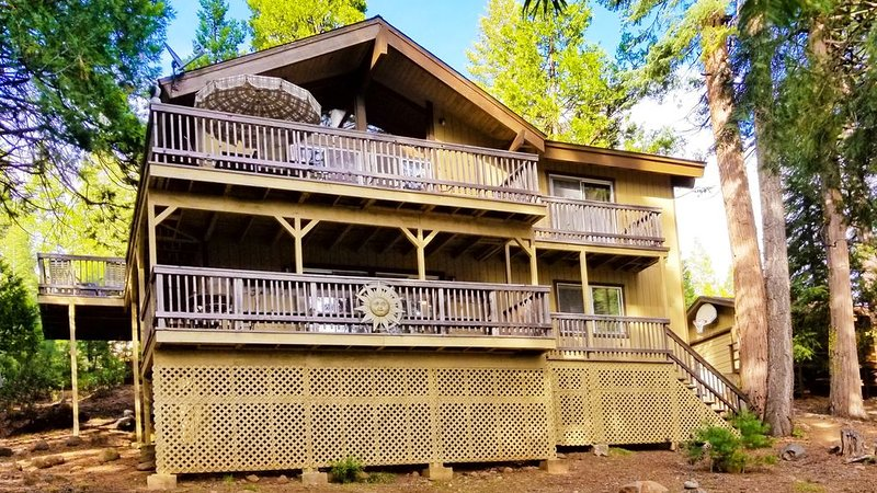 SPACIOUS LAKE ALMANOR CC VACATION RENTAL HOME. WIFI, A/C, GAME ROOMS, BOAT SLIP, holiday rental in Prattville