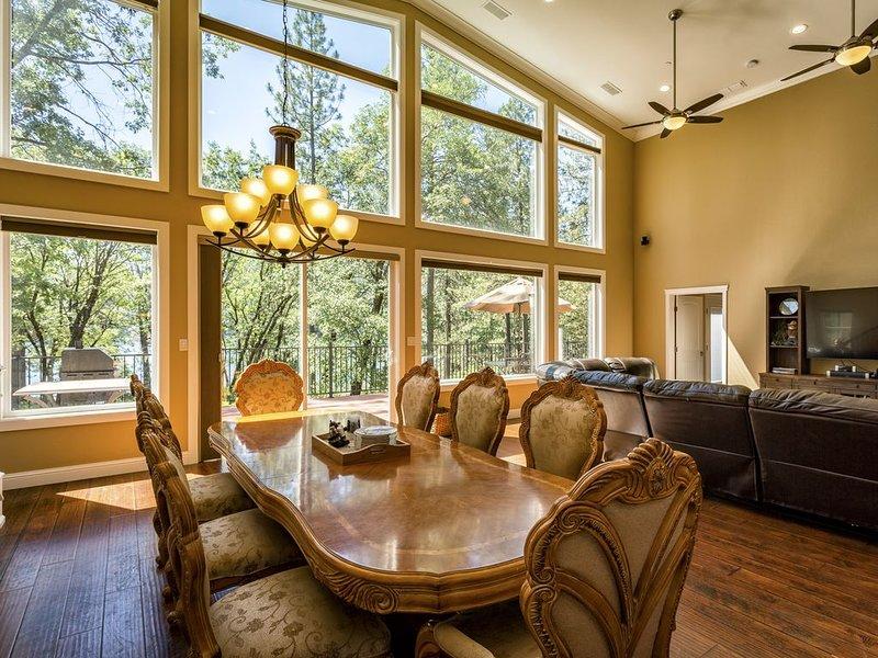 """Table de salle à manger située dans """"Great Room"""" surplombant le lac!"""