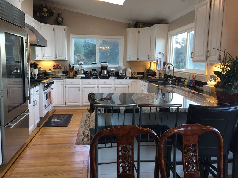 SF area: Elegant Pacific Ocean View, sleeps 10, gourmet kitchen, decks, hot tub, holiday rental in Moss Beach