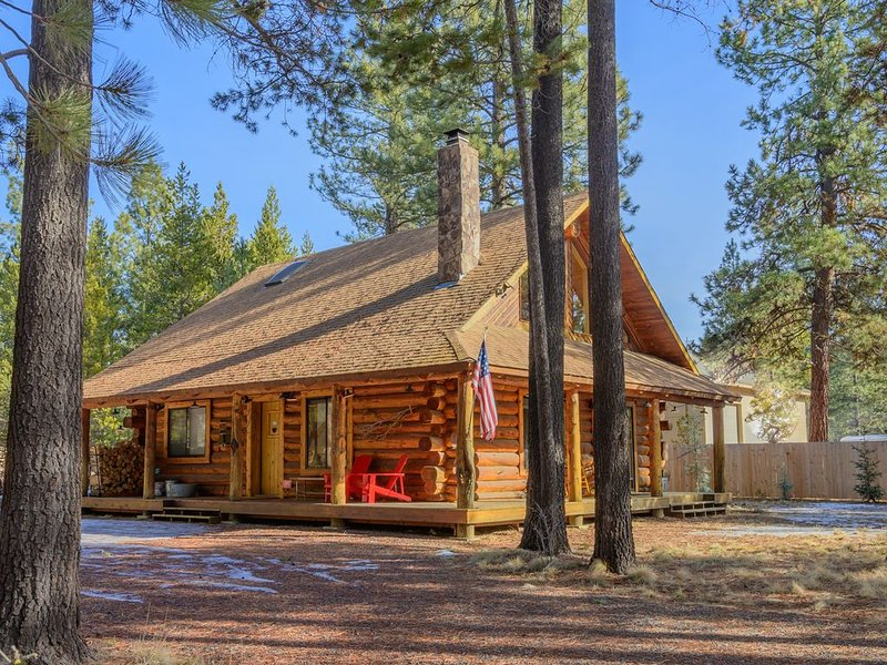 Pet Friendly, luxury log cabin with hot tub near Sunriver!, vacation rental in Bend