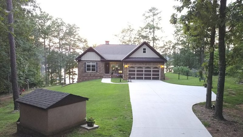 Relax in Comfort, Family Friendly, Lakefront Custom Home, location de vacances à McCormick