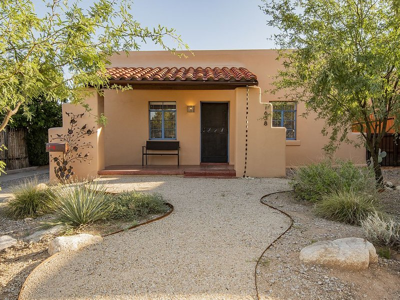 *Beautiful historic Tucson home, minutes from UofA & Downtown! Pet Friendly!*, vacation rental in Tucson