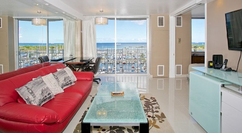 2 Queen Beds ..  Endless Ocean View  ..  Washer & Dryer  ..  Chic & Upscale, holiday rental in Honolulu