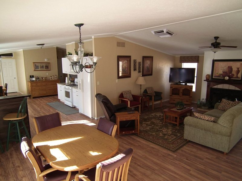 Clean, Quite and Spacious with lots of Parking, holiday rental in Flora Vista