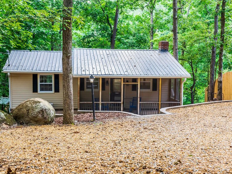 Relax Your Days Away in this Cozy Cottage on Lake Allatoona, aluguéis de temporada em Cartersville