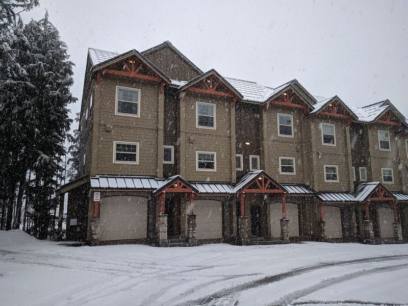 Mt. Hood Townhouse. 3 br end-unit. Hottub & pool, holiday rental in Government Camp