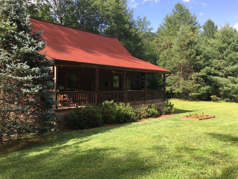 Creekside Log Cabin, Ideal Family Vacation! Hot tub, Fire Pit, Tubing, Fishing, alquiler de vacaciones en Robbinsville