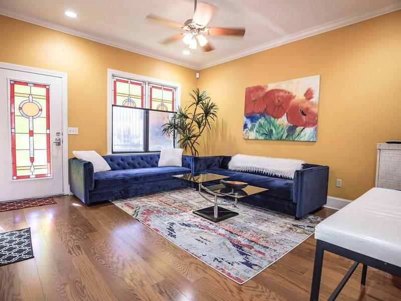 Beale 2 blocks, 2800 SqFt 9 beds 2car-garage 3 patios Trolley stop *front door, alquiler de vacaciones en Southaven
