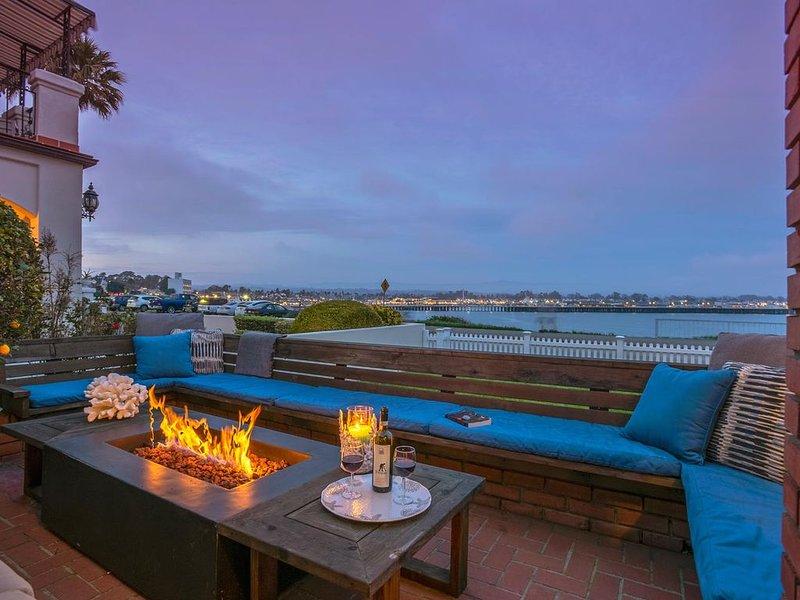 OCEANFRONT! BEST LOCATION! EXTRAORDINARY VIEWS! *HOT TUB!*FIRE PIT!, vacation rental in Santa Cruz