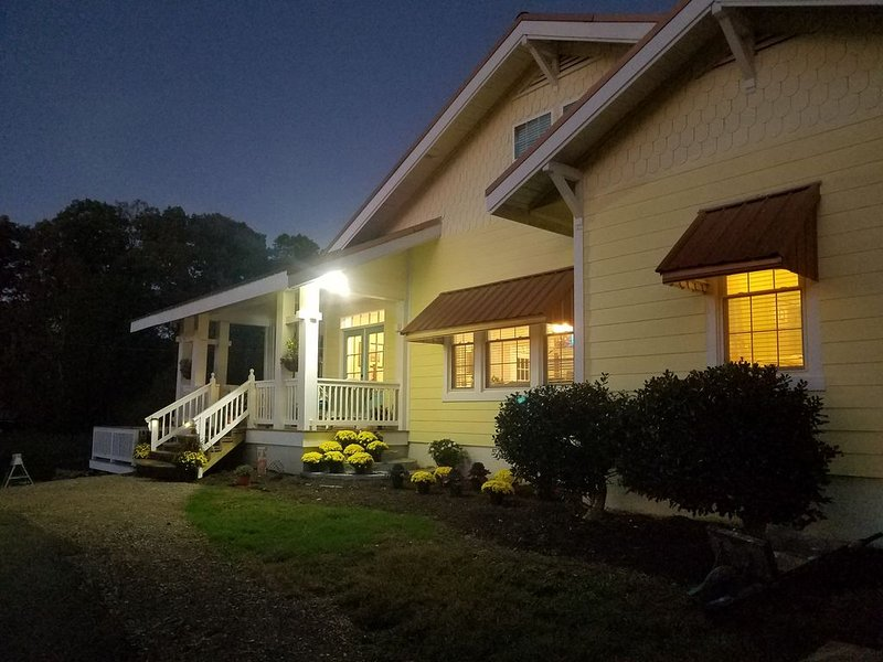 """'Historical""""Yellow Tea Cup Cottage,Farm setting,Spring H2O,WiFi, Knoxville area, holiday rental in Maryville"""
