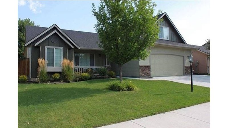 Make this your Home away from Home in Meridian, close to I-84 Very Clean!, vacation rental in Meridian