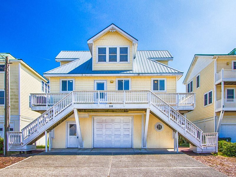 On the Beach With Charm and Luxury. Hot Tub on Deck Fab Master Suite!, holiday rental in North Topsail Beach