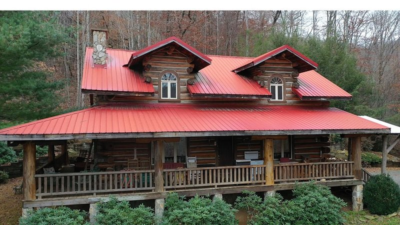 Large built with local timber, mountain views, pool table, stocked pond, holiday rental in Flag Pond