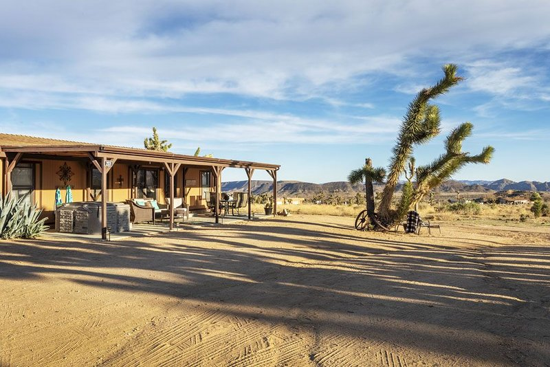 Walk to Rimrock Ranch! Pups are welcome for a small fee!, vacation rental in Pioneertown