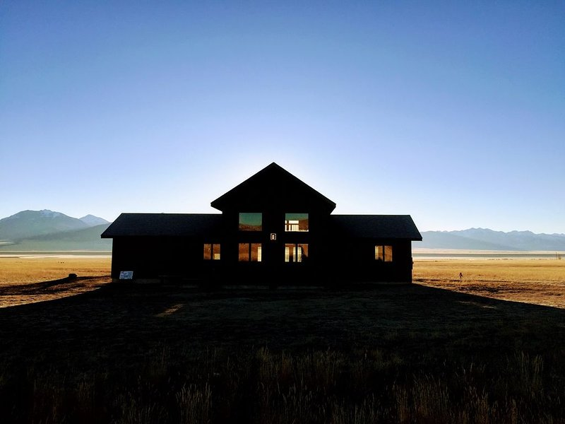 Solitude | Majestic Views | Adventure | Couples or Groups, vacation rental in Ennis
