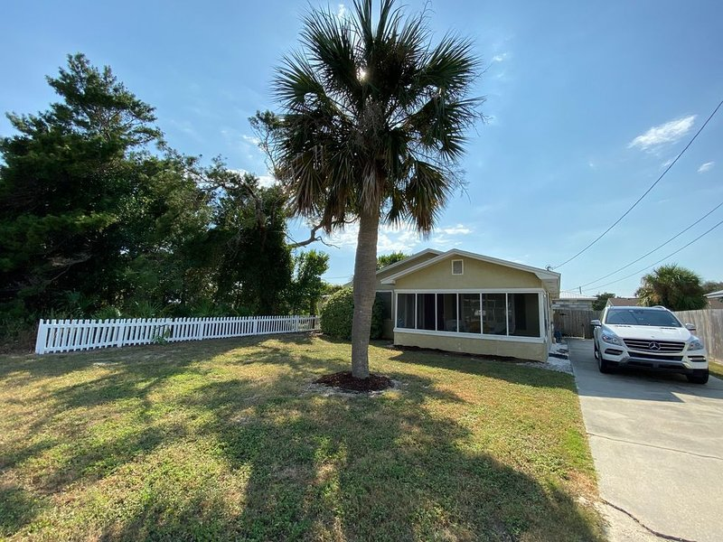 Cute Beach Cottage - 3 blocks from the beach!, holiday rental in Carillon Beach