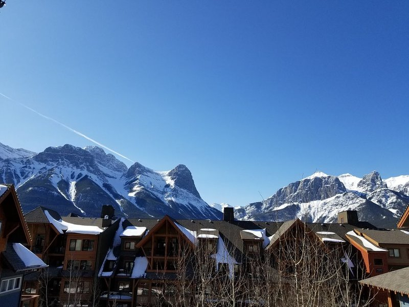 Premium Mountain View!Luxurious 2 Bed Condo at Blackstone Mountain Lodge Canmore, aluguéis de temporada em Canmore