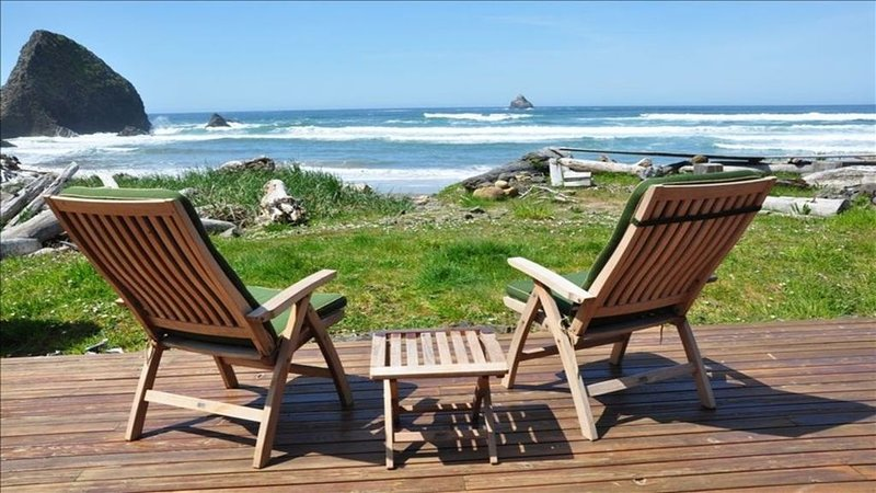Stunning Ocean-front property, 5 Bedrooms + Den, 3 full Baths, (Sleeps 14), holiday rental in Arch Cape