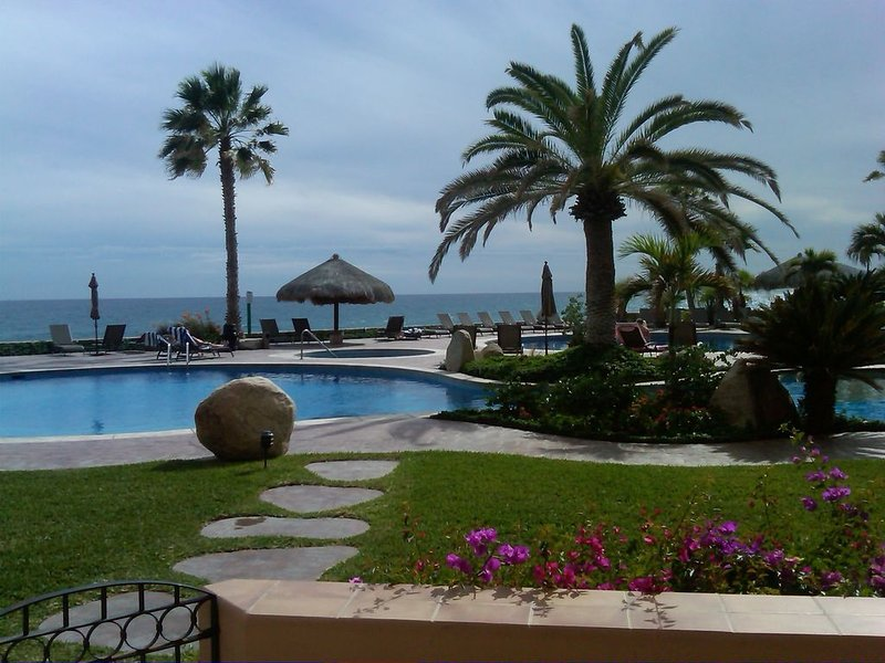 Ground floor, Beach Front condo, steps to the pool and beach – semesterbostad i San Jose Del Cabo