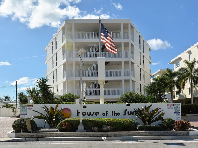 Siesta Key on the Beach - Gulf View - Renovated Throughout!, holiday rental in Sarasota