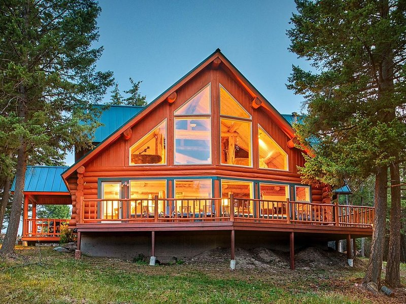 Secluded & Convenient Glacier-View Log Home on 15 Acres  Fully Updated 3BR/2Bath, alquiler de vacaciones en Kila