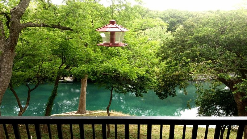The Float Inn 2 at Camp Warnecke on the Comal River, holiday rental in New Braunfels