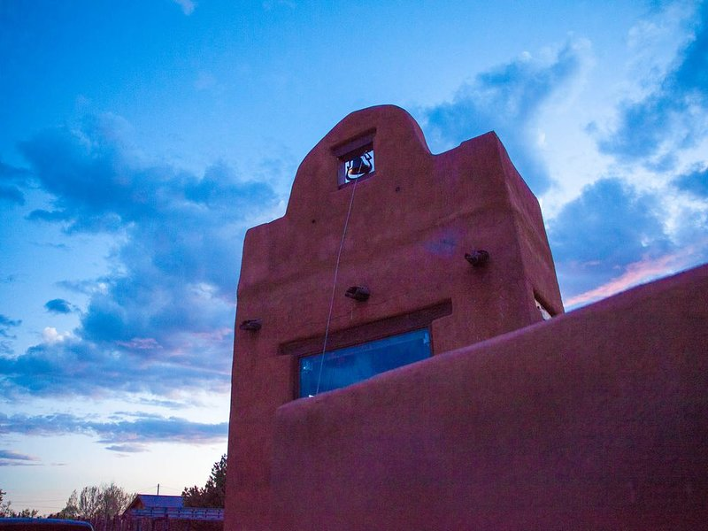 Palacio De Milagros (Palace Of Miracles) Hot Tub, holiday rental in Taos