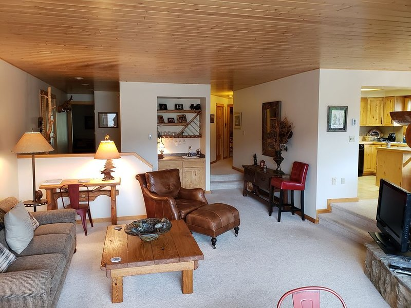 Ski In/Ski Out, 3 BR/3BA  Condo, Hot Tub, Fireplace in Big Sky Mountain Village, vacation rental in Big Sky