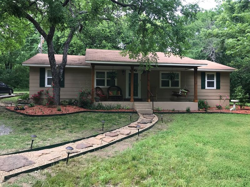 Woodlands - 3 bedroom gem surrounded by 5 acres from the owners of Lakeview, casa vacanza a Muskogee