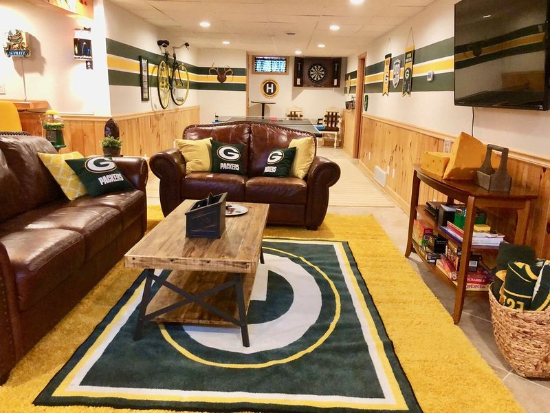 A Green Bay Gem - 3 blocks from Lambeau field & Resch Center, holiday rental in Luxemburg