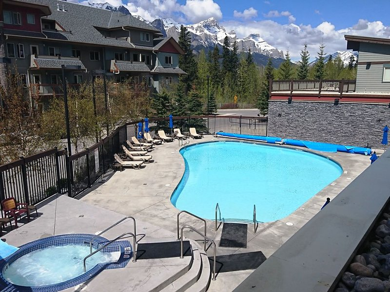POOL REOPENED Majestic Rocky Mountain Retreat ***COMPLIMENTARY PARK PASS***, vakantiewoning in Kananaskis Country