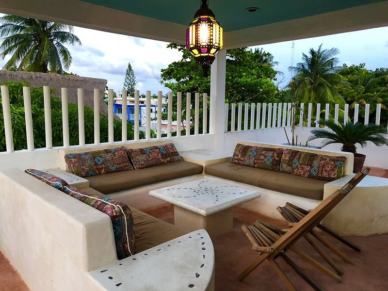 Private House in Town / 3 Bedrooms, Rooftop Pool & Terrace, location de vacances à Puerto Morelos