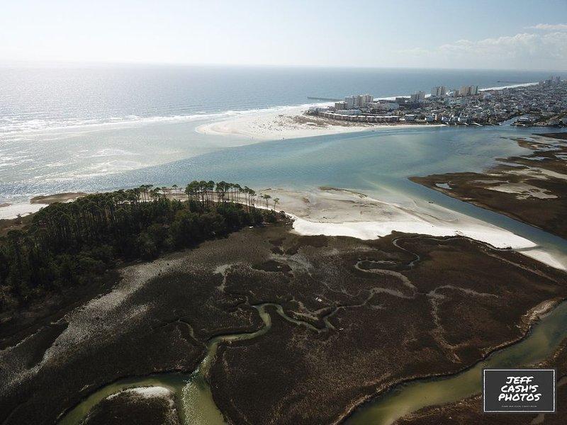 Vue aérienne du parc national NC, du bras de mer et du point où se trouve l'OVV.