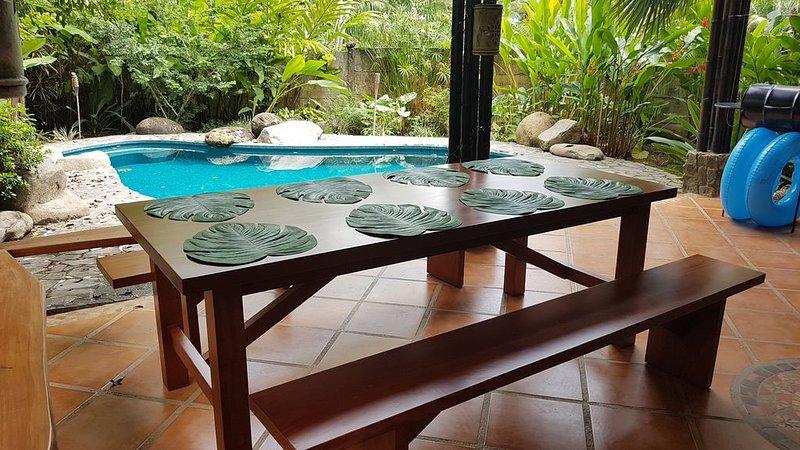 Lanai vid poolen för att äta middag och njuta av den omgivande djungeln och djurlivet!