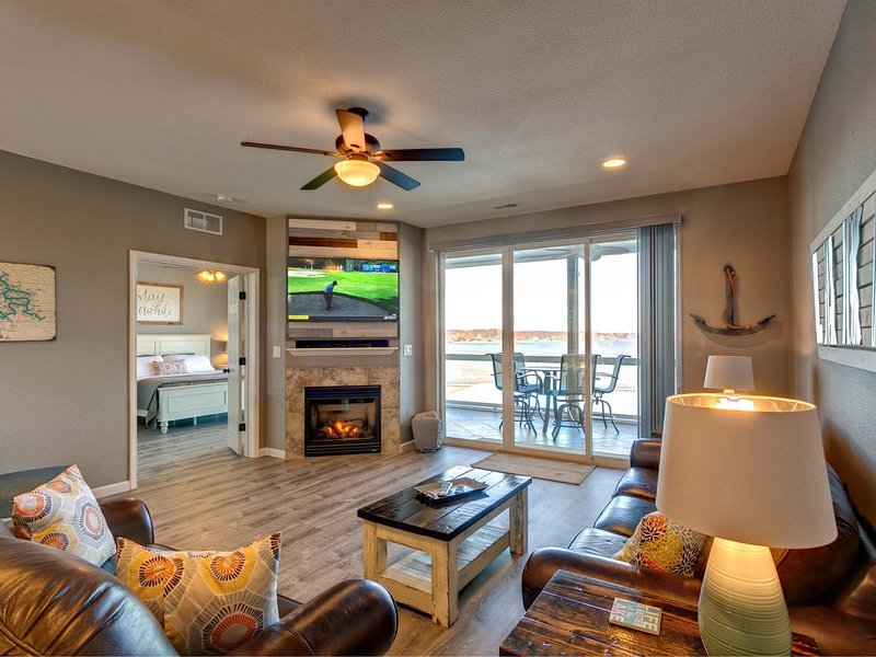 Refreshing Walk-In Level Condo at Lands End, Awesome Views, 3bd/2Bath Free Slip*, vacation rental in Osage Beach