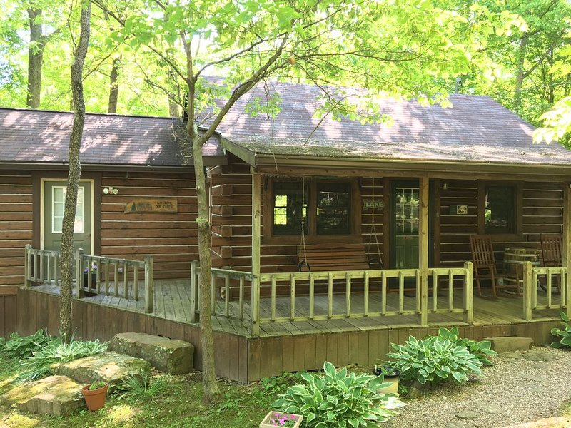 Creekside Cabin, 1.5 miles from Patoka Lake State Park, Free Park Pass, location de vacances à Taswell