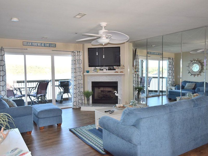 *A COZY GETAWAY*Spectacular Main Channel Wtrfrt Condo Walk-in Level 2BR, vacation rental in Osage Beach