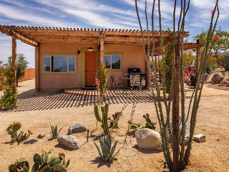 Your Desert Getaway ~ Escape to the magic of Joshua Tree ~ Private Cabin, vacation rental in Joshua Tree