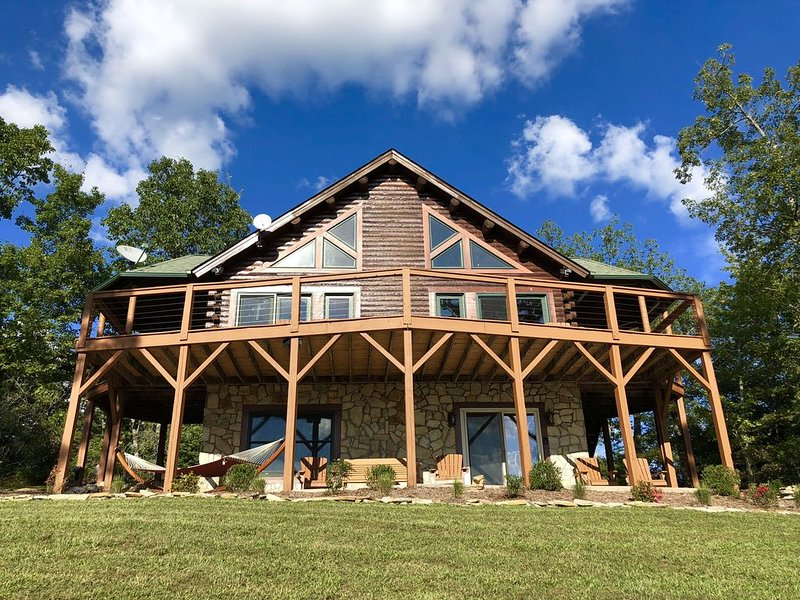 Beautiful Log Home with Resort Amenities and Gorgeous Mountain Views – semesterbostad i Lake Lure